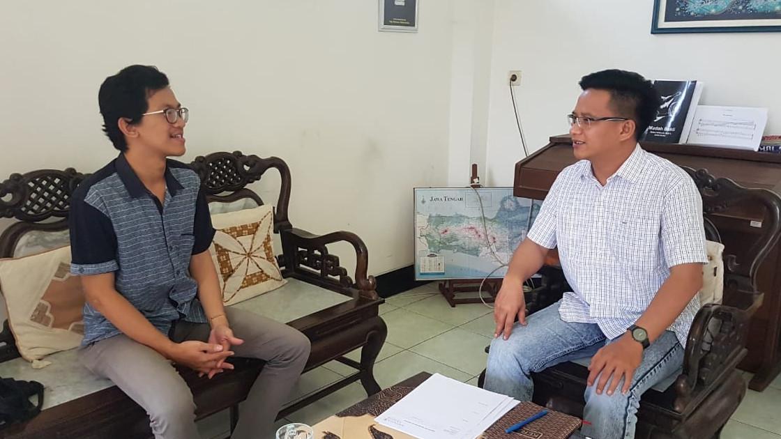 Marcellinus Agus Saputra (Penerima Beasiswa KAMAJAYA) dan Rm. Ave, MSC (Pembimbing)